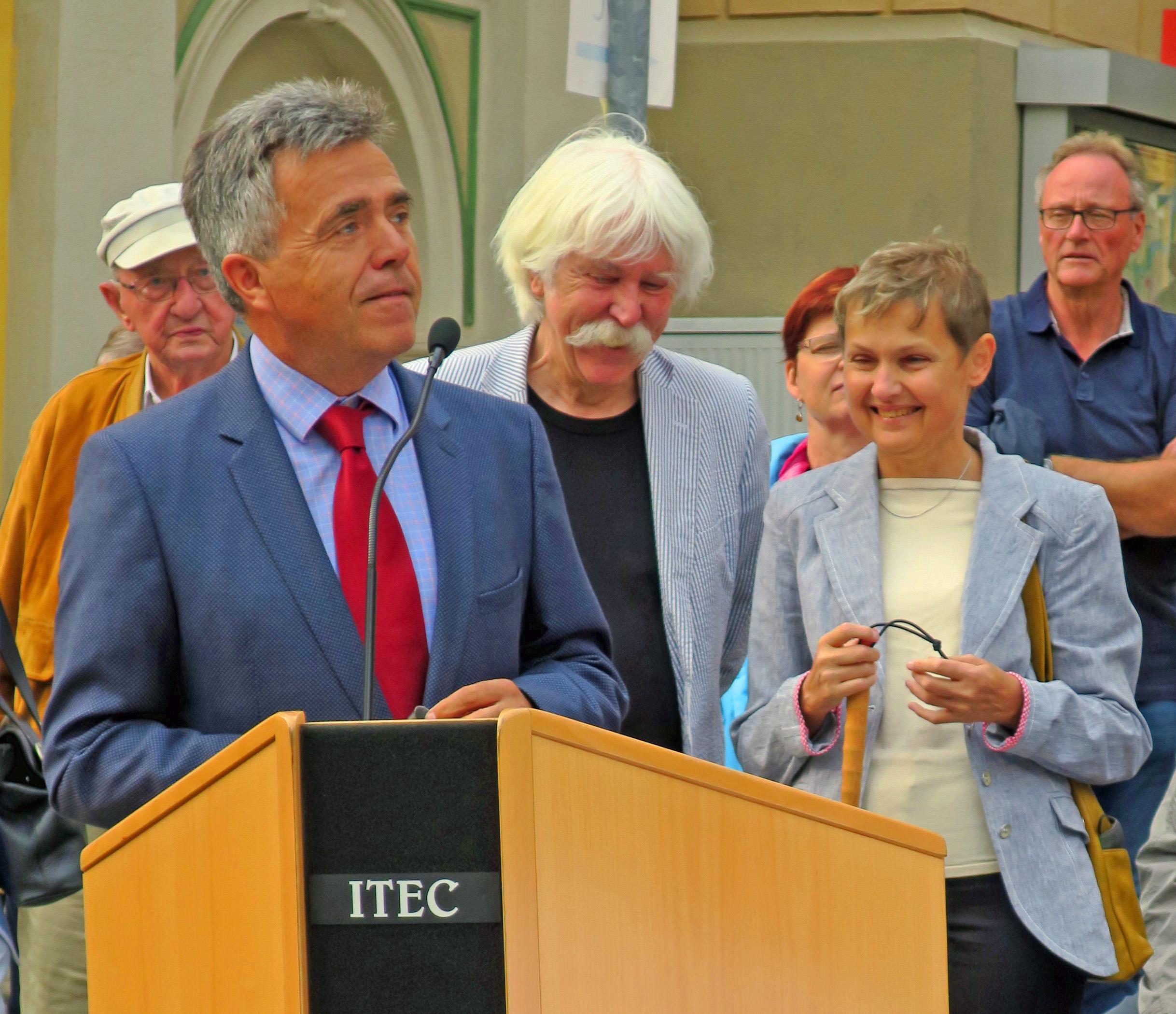 Der Landrat des sächsischen Landkreises Bautzen Hr. Harig, Modellkünstler Hr. Btoerken, Landesvorsitzende BSVS Fr. Fischer (von links nach rechts) stehen hinter dem Rednerpult.