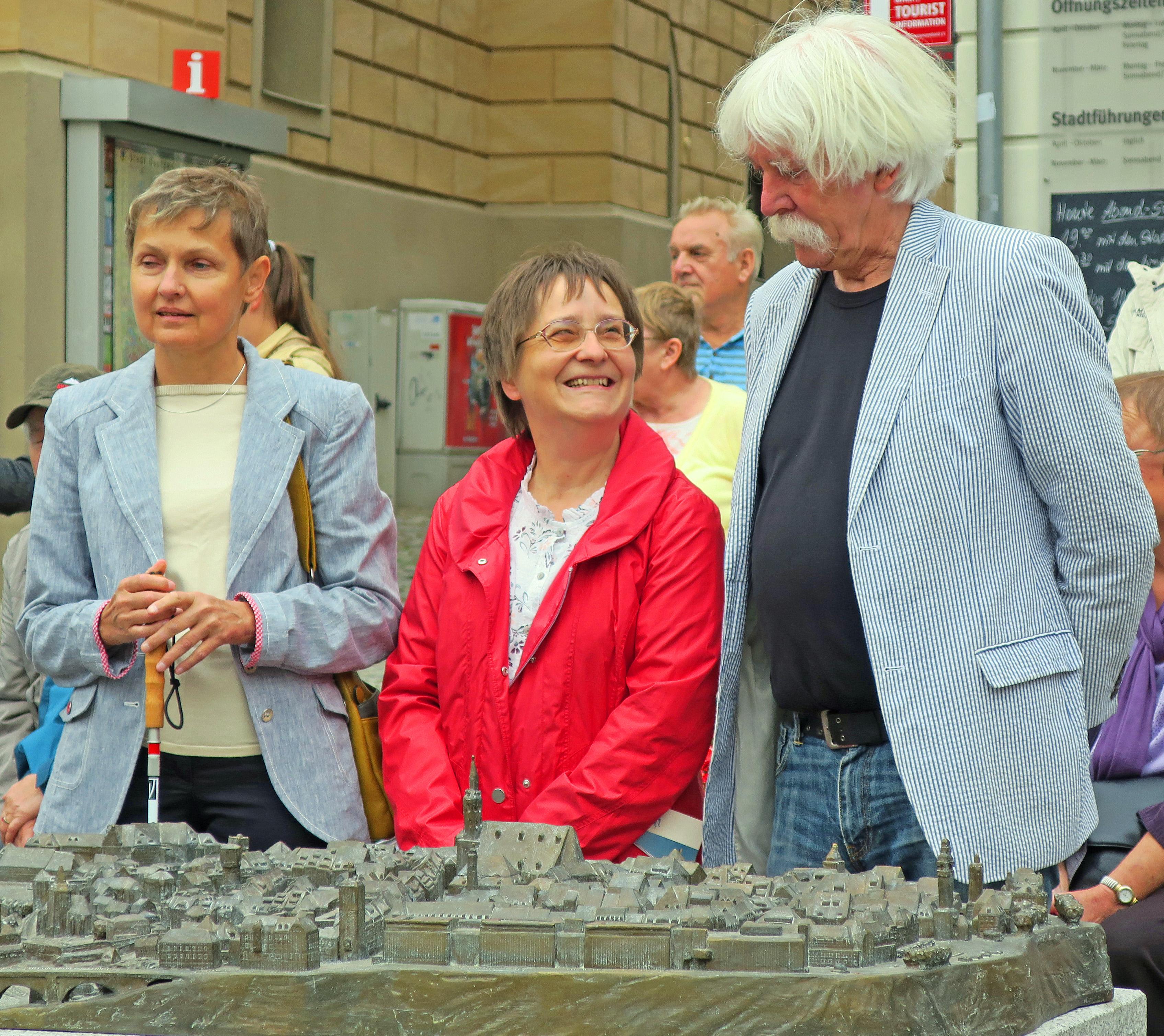 Nach der Enthüllung des Tastmodells stehen die Landesvorsitzende Fr. Fischer, Fr. Tschander der KO Bautzen und der Modellkünstler Hr. Broerken direkt hinter dem Modell.