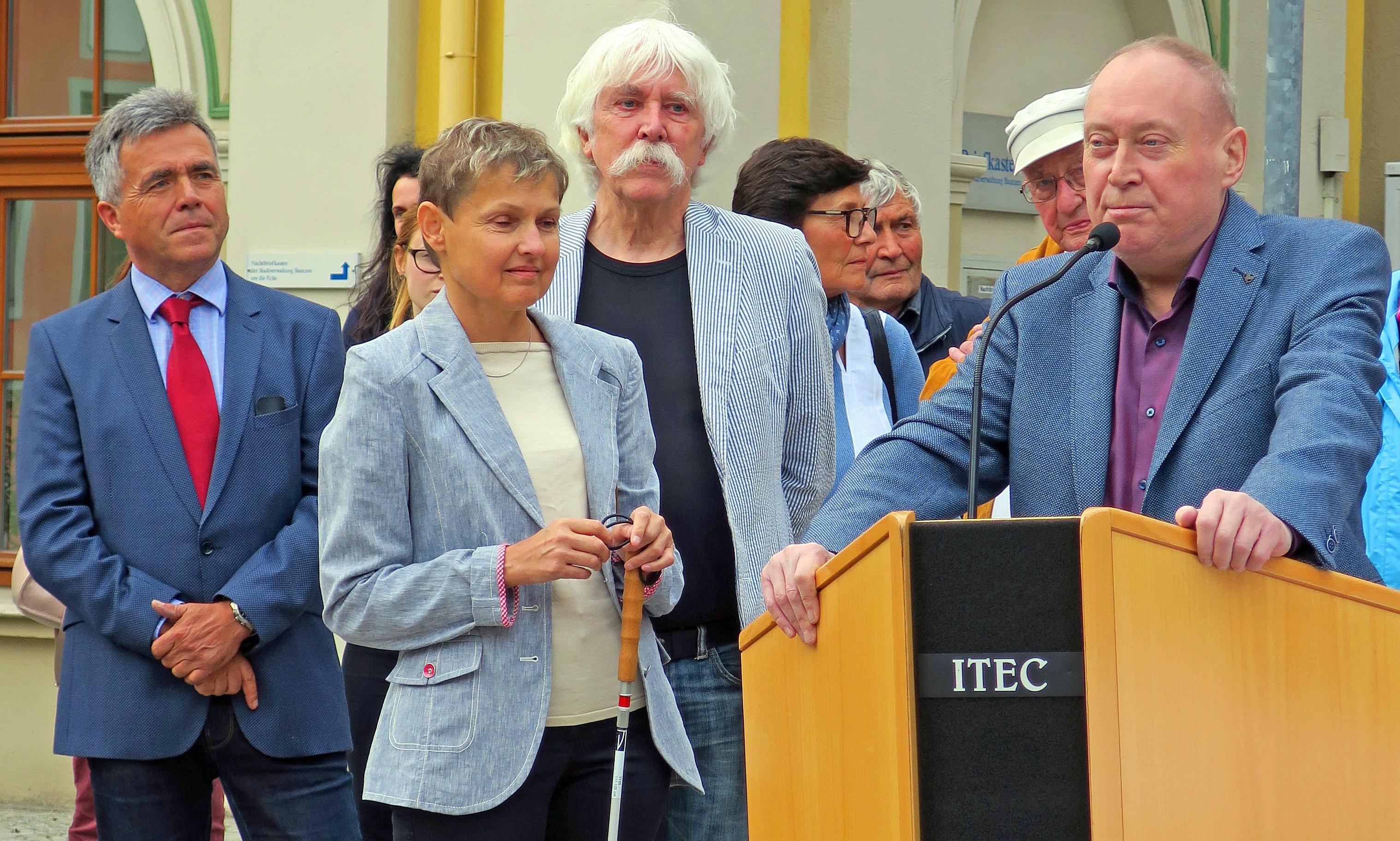 Der Landrat des sächsischen Landkreises Bautzen Hr. Harig, die Landesvorsitzende des BSVS Fr. Fischer, der Modellkünstler Hr. Broerken, (von links nach rechts) stehen neben dem Rednerpult. Am Rednerpult steht der Projektinitiator Herr Noak von der KO Bautzen.