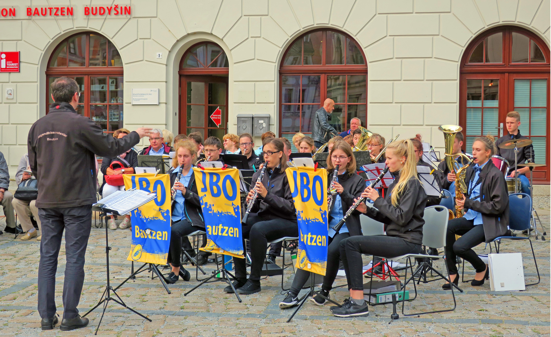 Das Jugendblasorchester Bautzen spielt zur Eröffnung der Einweihung des Tastmodells.