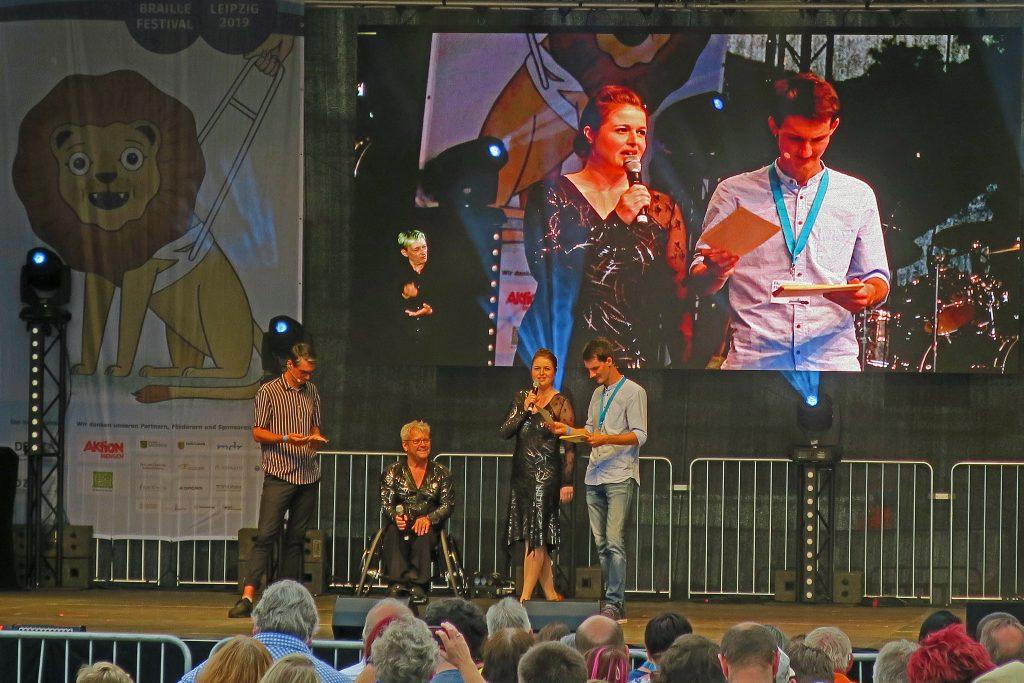 Konzertbühne Wilhelm-Leuschner-Platz - Die Moderatoren Christian Meyer und Florian Eib sind im Gespräch mit dem Rollstuhltänzer Horst Wehner und seiner Partnerin Olivia Thiele.