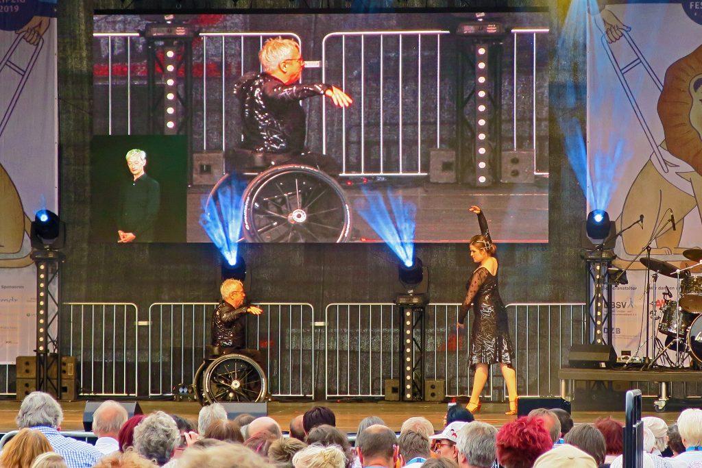 Konzertbühne Wilhelm-Leuschner-Platz - Rollstuhltänzer Horst Wehner tanzt mit seiner Partnerin Olivia Thiele.