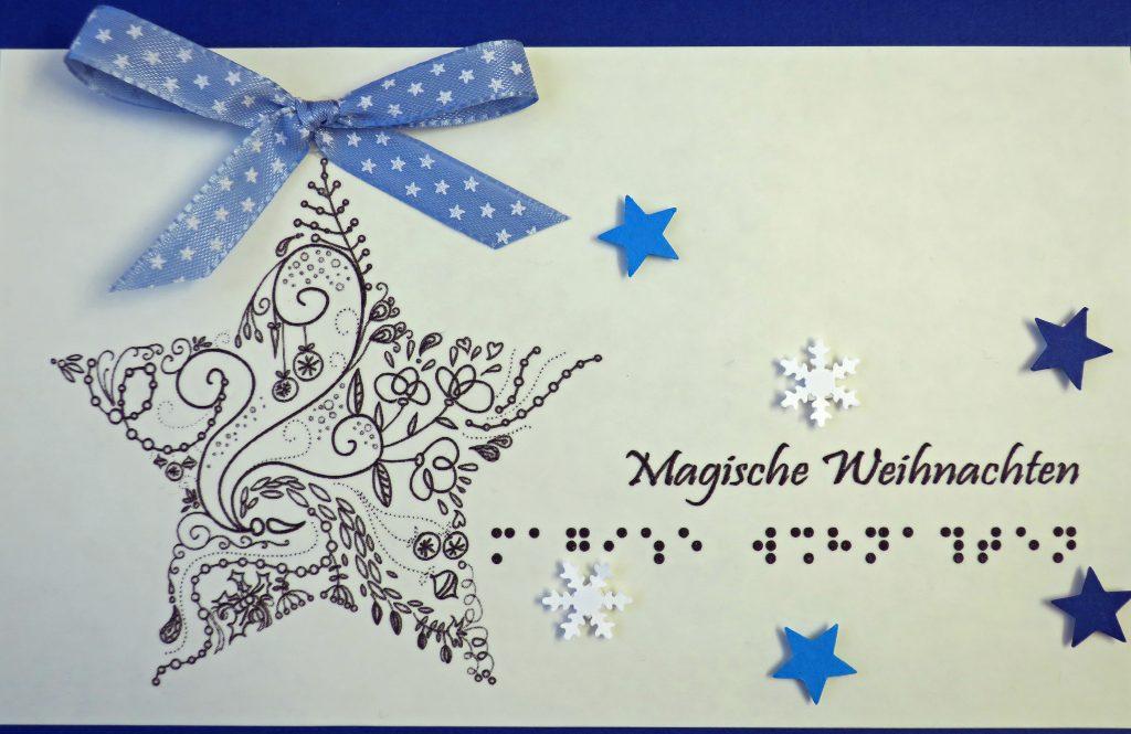 """Ein großer Stern, kleine Sterne und weiße Schneeflocken. Text """"Magische Weihnachten in Schwarz- und  Brailleschrift"""